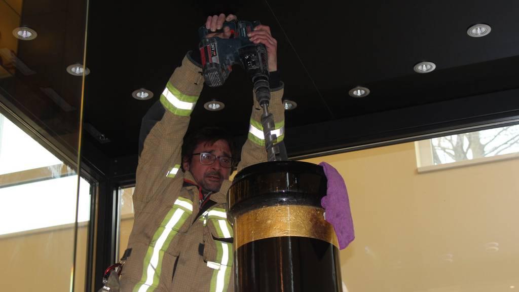 1600-Liter-Weinflasche droht zu platzen – Feuerwehr muss sie aufbohren