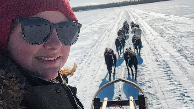 Die Weite Lapplands und die Natur gefallen der 25-jährigen Bettwilerin sehr. Und natürlich die Arbeit mit den Hunden, wie sie im Videointerview erzählt. Nadine Steiner mit ihrem Lieblingshund Poacher, einem der Leithunde.