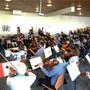 Letzter Schliff: Dirigent Hugo Bollschweiler übt mit dem Musikerinnen und Musiker die Stücke für das Konzert.
