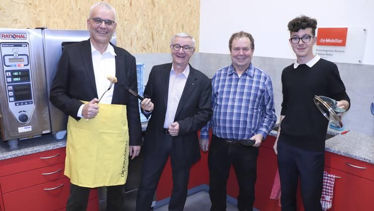 Andreas Huber, Martin Heiz, Meinrad Dörig und Jugendvertreter David Zimmerli (v.l.) in der neuen Küche.