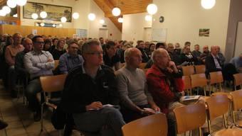 Von 1106 Stimmberechtigten nehmen 142 an der Versammlung im Gemeindesaal teil.