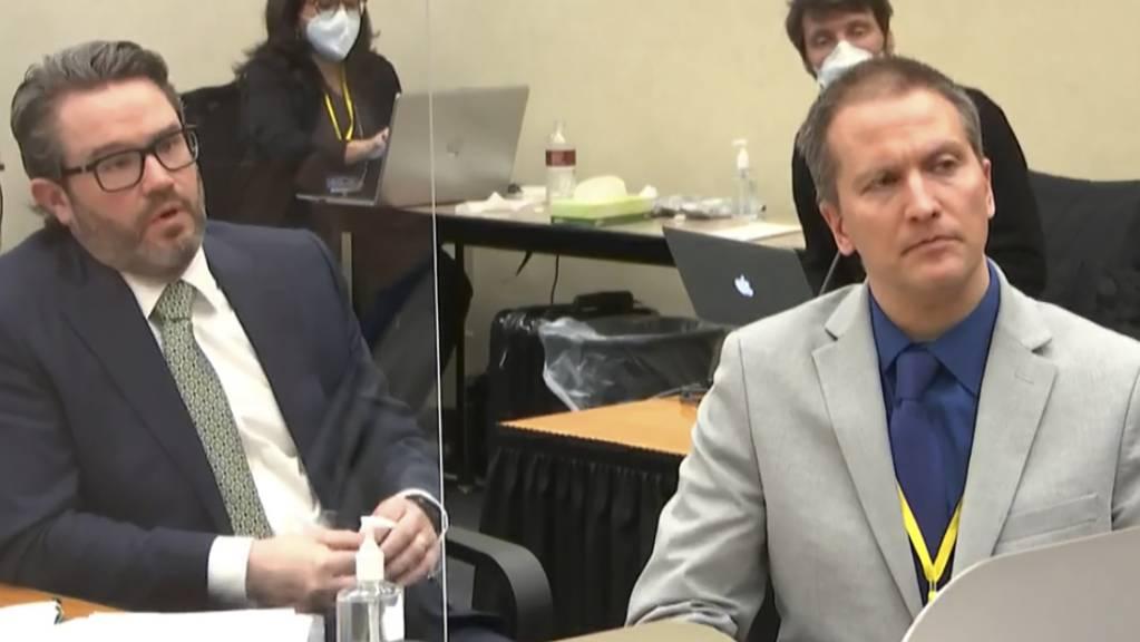 ARCHIV - Dieses Videostandbild vom 19. April 2021 zeigt Derek Chauvin (r) mit seinem Verteidiger Eric Nelson (l). Foto: Uncredited/Court TV Pool/AP/dpa