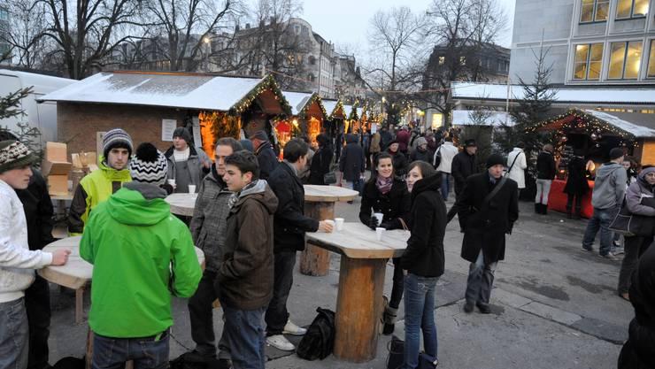 Auch für Junge wurde der erste «Soledurner Wiehnachtsmäret» zum Publikumsmagneten.  (Bild: Hansjörg Sahli)