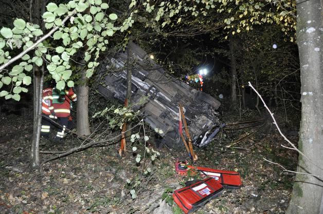 Bei einem schweren Selbstunfall sind in Gretzenbach SO in der Nacht auf Sonntag zwei Personen ums Leben gekommen. Zwei weitere Mitfahrer erlitten schwere Verletzungen. Alle vier Personen sassen im gleichen Auto, das von der Strasse abkam