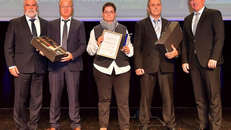 «Funktionärin des Jahres» Jacqueline Strauss vom FC Baden flankiert von den weiteren Nominierten Theo Fricker (FC Niederlenz, 2.v.r), Hans Hübscher (FC Muri, 2.v.l.), AFV-Präsident Hans Aemisegger (l.) und Aargauer Regierungsrat Alex Hürzeler (r.).