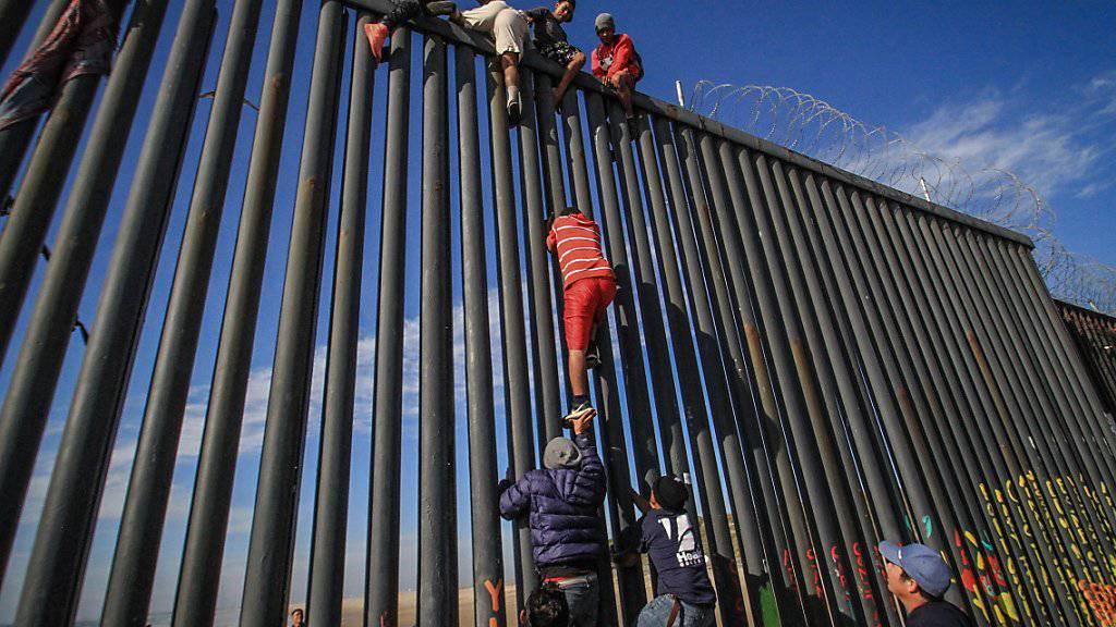 Migranten in Playas de Tijuana, Baja California, beim Versuch, den Grenzzaun von Mexiko in die USA zu überwinden (Aufnahme vom 19. März 2019).