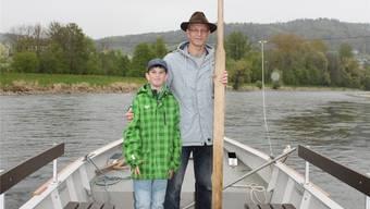 Die Besatzung: Fährmann Urs Leppert mit seinem Sohn Noah.