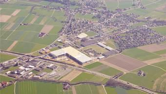 Viele Einfamilienhäuser, aber auch grosse        Logistikbetriebe wie hier das aktuell im Bau befindliche Servicezentrum der Steinhoff-Gruppe auf dem Wissensteinfeld bei  Derendingen/Subingen.