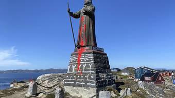 """ARCHIV - Die Statue von Hans Egede, Missionar aus Norwegen, wurde mit roter Farbe beschmiert. Egede war ein Missionar dänischer Abstammung, der die Missionsbemühungen in Grönland startete. (zu dpa """"Grönländer wollen Statue von dänisch-norwegischem Missionar behalten"""") Foto: Christian Klindt Soelbeck/Ritzau Scanpix/AP/dpa"""