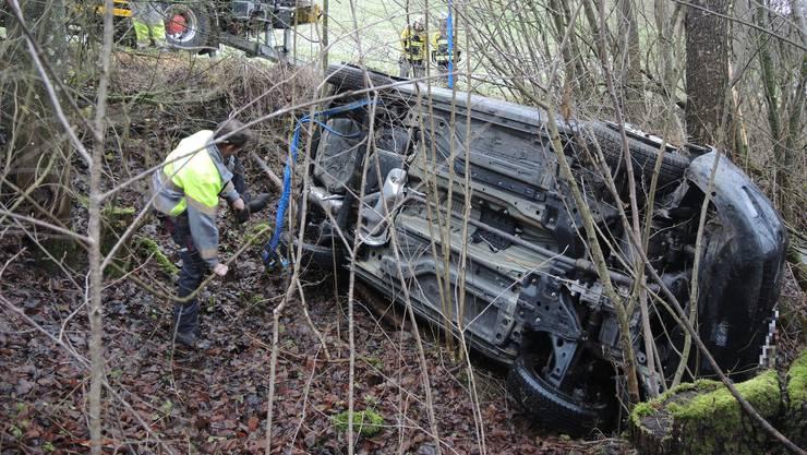 Das Auto kam in einer Rechtskurve von der Strasse ab, fuhr den Hang hinab und kam erst in einem Bachbett zum Stillstand.