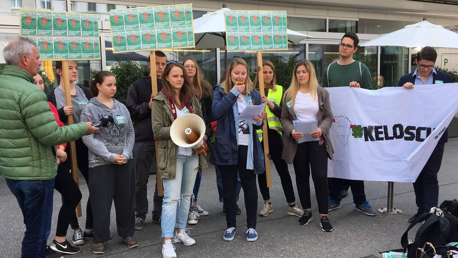 Schülerdemonstration vor dem Bahnhofgebäude in Aarau (© Radio Argovia)