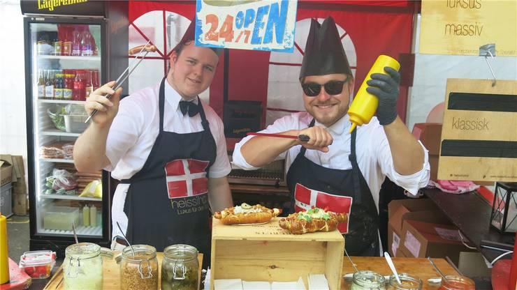 Tobias Fischer (links) und Kim Oliver Gayk bieten dänische Hotdogs an. Beat Hager