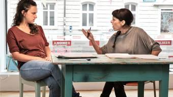 Beim Proben: Newa Grawit (links) und Rula Badeen als Lehrerinnen im Gespräch.