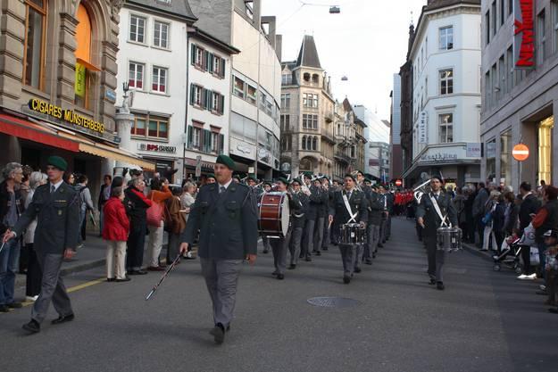 Die Parade bewegt sich durch die Freie Strasse, vorneweg das Armeespiel der Rekrutenschule