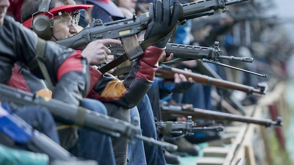 Viele Schweizerinnen und Schweizer sind begeisterte Schützen. Geht es nach der EU-Kommission, sollen sie ihrem Hobby nicht mehr mit dem Sturmgewehr frönen dürfen. (Archiv)