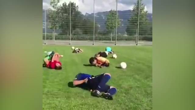 Schweizer Fussball-Buben üben den Neymar