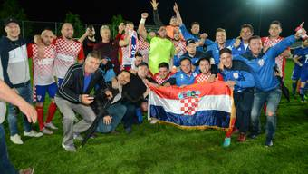 HNK Croatia feiert nach dem 4:4 auf dem Kestenholzer St. Peter den Aufstieg in die 2. Liga.