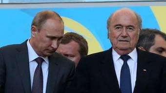 Wladimir Putin (l.) sah den Final im zusammen mit Sepp Blatter