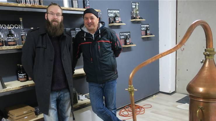 Gin-Destillateur Urs Riedo (r.) hat sich bei Wirt Daniel Rall eingemietet.