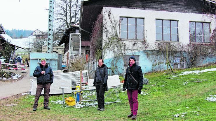 Die Zeichen stehen auf Neuanfang: Benedikt Hebing, Susanne Holthuizen und Felice Vögele (von links) vor dem alten Haus 36 in Wislikofen.