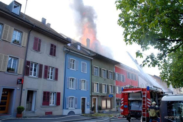 """Das Feuer hat sich durch den Dachstock des """"Rebstock"""" (rotes Gebäude) gefressen."""