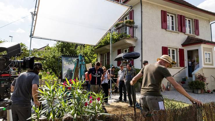 Vorbereitungen für den Dreh vor dem Haus der Familie Moll in Strengelbach:Es musste mit grossem Gerät ein Lochgebuddelt werden.Pascal Mora