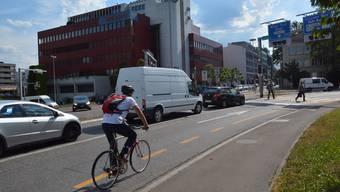 An drei Stellen in Aarau kommen sich Autos und Velos in die Quere