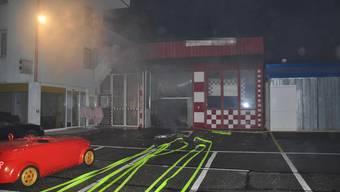 Bild vom Brand im Garagenbetrieb. (Archiv)