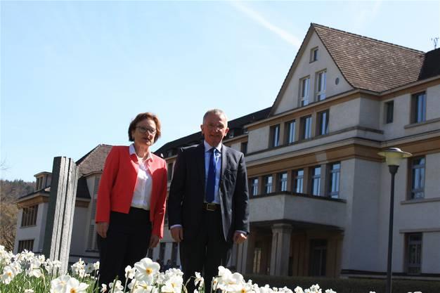 Psychiatrie-Baselland-CEO Hans-Peter Ulmann (r.) und Verwaltungsratspräsidentin Alice Scherrer (l.) stehen vor dem Gebäude an der Liestaler Bienentalstrasse 5, in dem die Privatklinik saniert und erweitert wird.