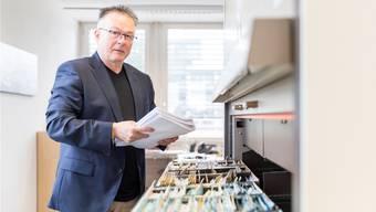 Seit 20 Jahren ist Adrian Schoch Betreibungsbeamter. Sein Motto ist «Hart in der Sache, aber fair im Entscheid».
