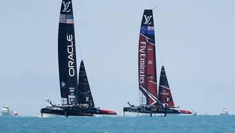 Das Emirates Team New Zealand (rechts) behauptet sich im Duell mit dem Oracle Team USA
