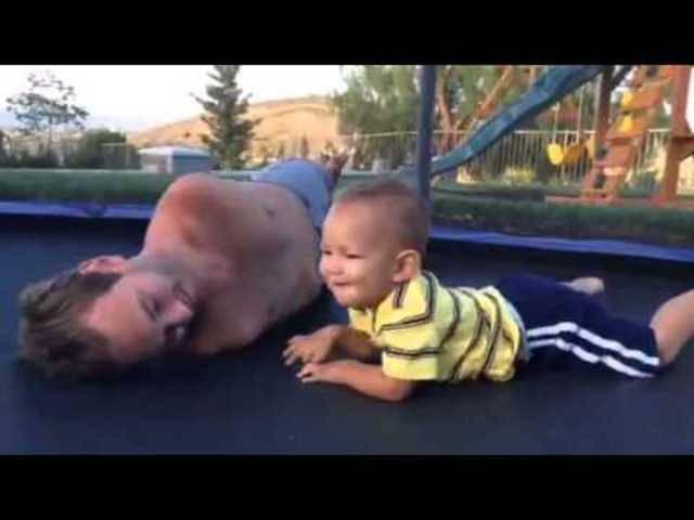 Nick Vujicic spielt mit seinem kleinen Sohn
