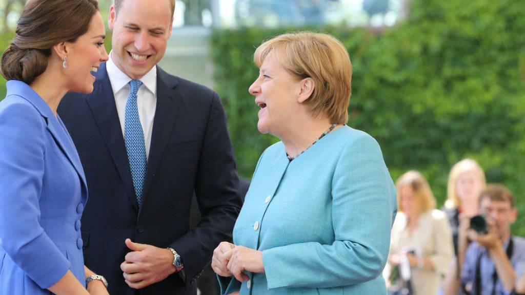Deutschlands Kanzlerin Angela Merkel (r.) empfängt den britischen Prinzen William (m.) und seine Frau Herzogin Kate (l.) im Kanzleramt in Berlin.