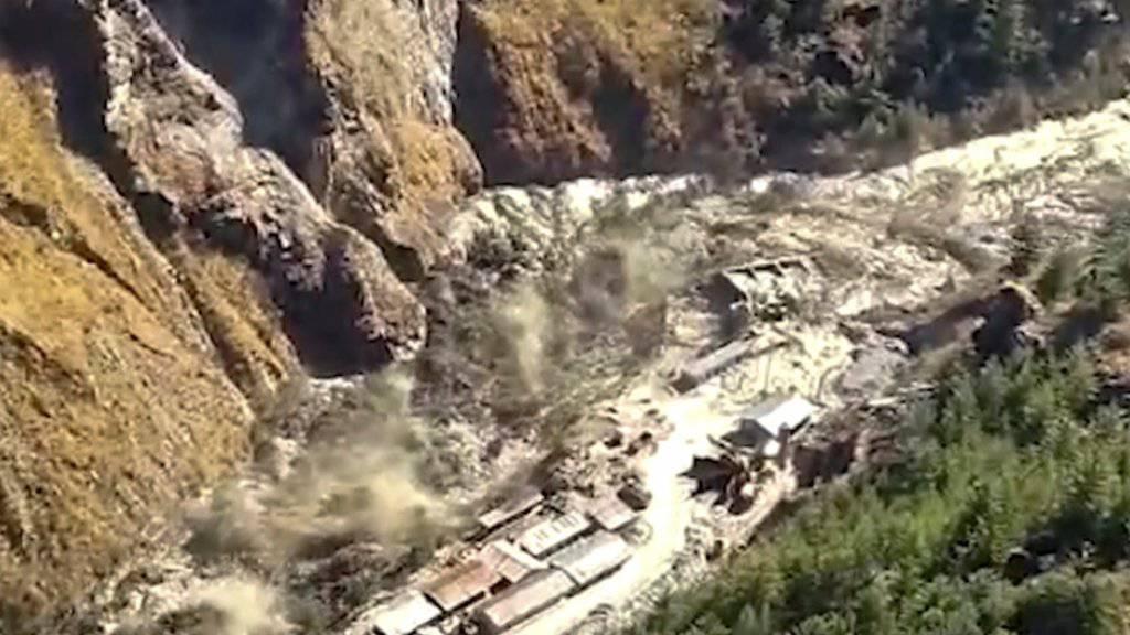 Fluten durch abgestürzten Gletscher in Indien - 150 Vermisste