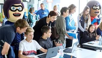 Bildungsdirektorin Monica Gschwind (M.) unter lauter Finanzhelden.