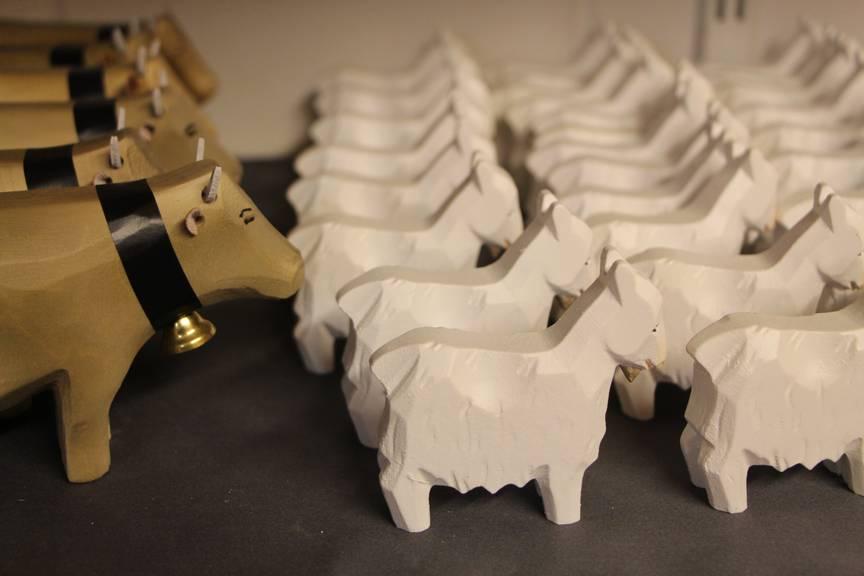 Diese handgeschnitzten Kühe und Geissen halten bestimmt so einiges aus. (Bild: Angela Müller/FM1Today)