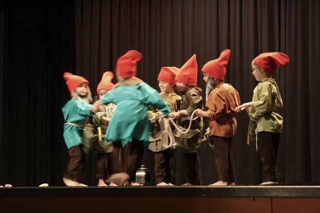 Die kleinsten Tänzer betreten als Zwerge die Bühne