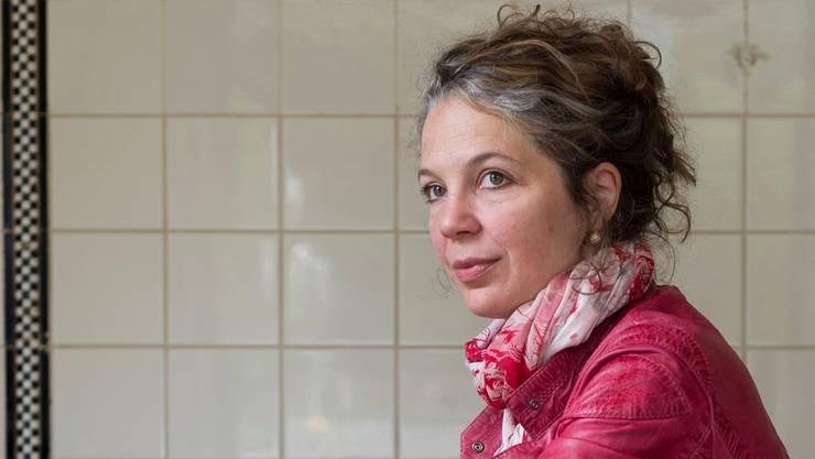 Die Autorin Melinda Nadj Abonji im Kafi Schnaps, einem ihrer Lieblingscafés in Zürich. Alex spichale