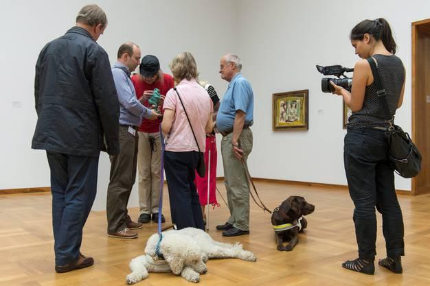 Der Kunsthistoriker Christian Jamin führt durch die Ausstellung, indem er die Werke beschreibt...