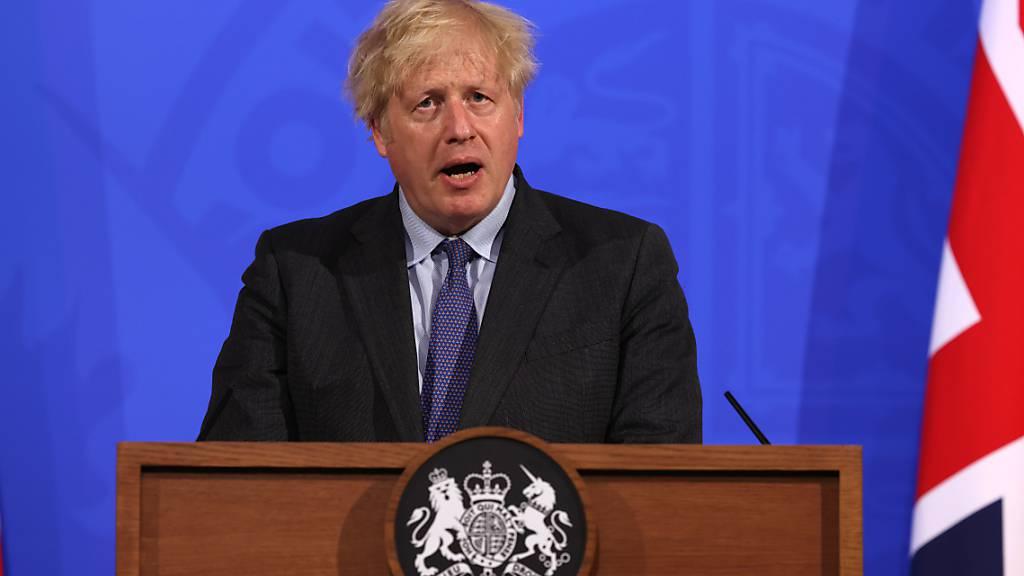 Boris Johnson, Premierminister von Großbritannien, spricht bei einer Pressekonferenz in der Downing Street. Wegen der rapiden Ausbreitung der hochansteckenden Delta-Variante müssen sich die Menschen in Großbritannien für weitere Corona-Lockerungen noch länger gedulden. Foto: Jonathan Buckmaster/Daily Expres/PA Wire/dpa
