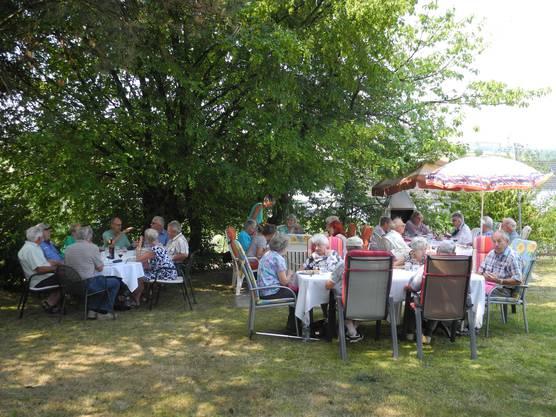 Im Garten der Familie Schoch lässt sich besonders entspannt speisen.