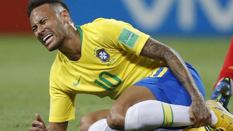 Neymar in typischer WM-Haltung. Nachdem sich die ganze Welt über ihn lustig machte, hat er jetzt ein selbstironisches Video ins Netz gestellt. (Archivbild)