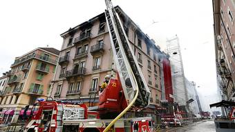 Die Feuerwehr bekämpft den Brand in einem Genfer Hotel. Da es sich gerade im Umbau befand, kamen keine Hotelgäste zu Schaden.