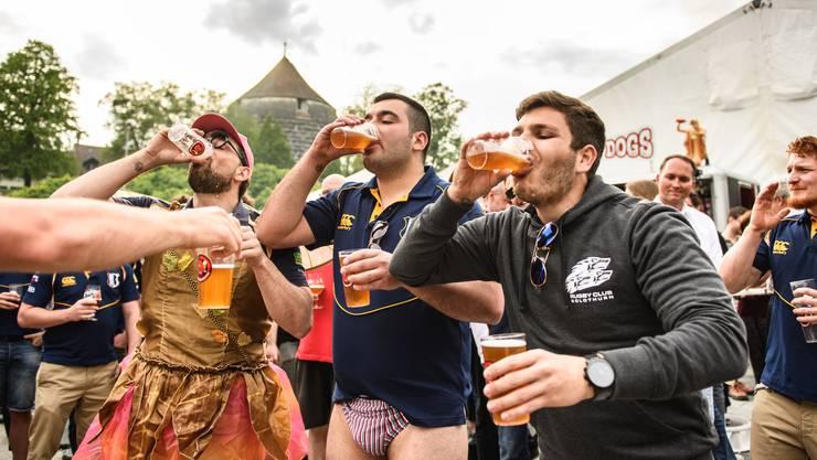 Es wurde viel gebechert: Im Bild die seltsamen Trinkrituale des Rugbyclubs Luzern.