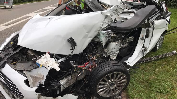 Das stark demolierte Auto der Unfallfahrerin zeugt von der Wucht des Aufpralls.
