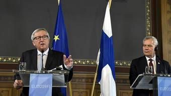 Der scheidende EU-Kommissionspräsident Jean-Claude Juncker (links) hat am Freitag das Auswahlverfahren für die Spitzenposten der EU als nicht sehr transparent kritisiert. Der finnische Premierminister Anntti Rinne (rechts), dessen Land den EU-Vorsitz übernimmt, lauscht aufmerksam.