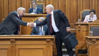 Er verabschiedet sich, aber er geht noch nicht: Bundespräsident Ueli Maurer und SVP-Ständerat Alex Kuprecht (links) während der Herbstsession in Bern. (KEYSTONE/Peter Klaunzer)