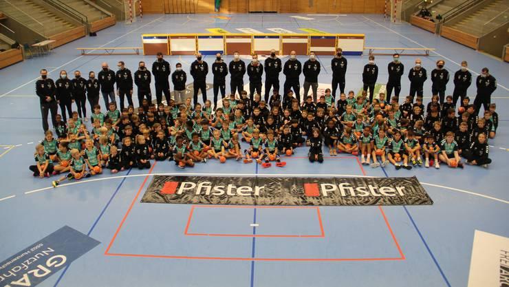 130 Kinder zwischen sieben und zwölf Jahren nehmen am Handballcamp in der Schachenhalle teil.