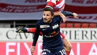 Antonio Marchesano (unten) und der FC Zürich müssen sich in Sion (Jan  Bamert) mit allen Kräften gegen die erste Niederlage unter dem neuen Trainer Massimo Rizzo wehren.