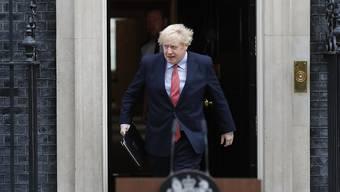 Boris Johnson am Montag am Regierungssitz in der Downing Street 10. Er hat nach seiner Covid-19-Erkrankung die Amtsgeschäfte wieder aufgenommen.